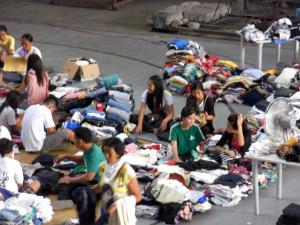 台風被害者への支援物資を準備する様子