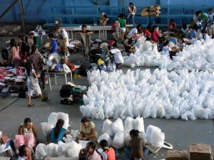 台風被害者への支援物資の袋が並んでいる